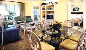 Hilton Grand Vacations Club at Seaworld International Center Living and Dining Areas